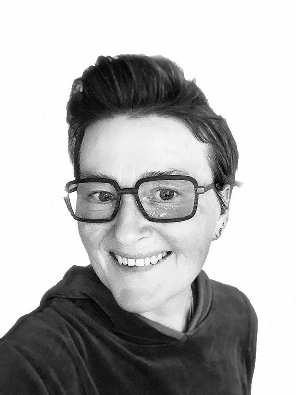 person-veslemøy-strandabø-svart-hvitt-briller