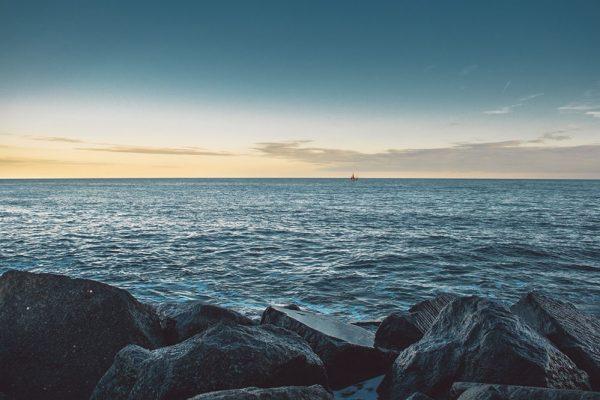 hav-steiner-himmel-båt-skyer-ro
