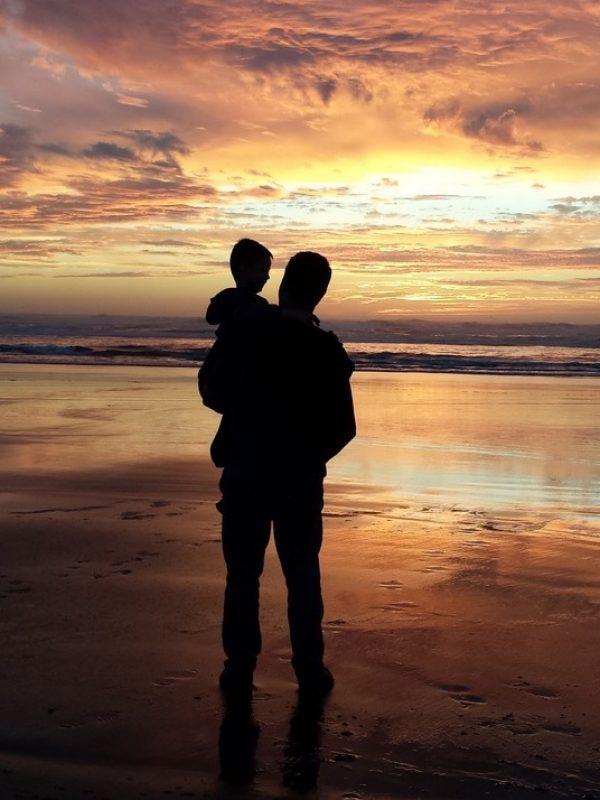 mann-landskap-strand-kyst-vann-gutt